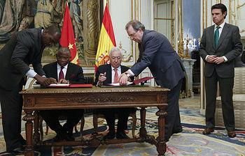 El ministro de Asuntos Exteriores y de Cooperación, José Manuel García-Margallo (3i) y el ministro de Relaciones Exteriores de Angola, Georges Chikoti (2i) firman documentos en presencia del ministro de Industria, José Manuel Soria (d), durante la reunión que mantuvieron hoy en el Palacio de Viana, en Madrid. (foto: EFE)