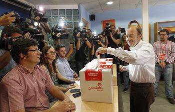 Alfredo Pérez Rubalcaba votando.