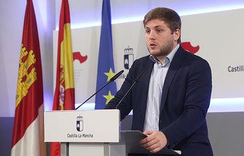 El portavoz del Gobierno regional, Nacho Hernando, informa de los acuerdos del Consejo de Gobierno en rueda de prensa, en el Palacio de Fuensalida. (Foto: Álvaro Ruiz // JCCM)