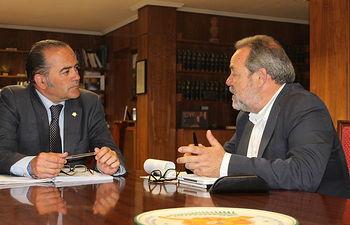 El delegado del Gobierno en Castilla-La Mancha, José Julián Gregorio, han mantenido una reunión de trabajo con el senador por la provincia de Toledo, Jesús Labrador.