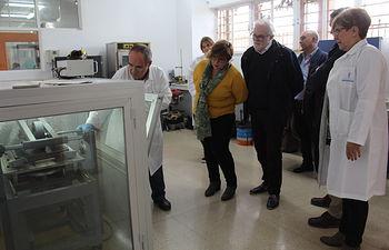 La delegada de la Junta en Ciudad Real, Carmen Olmedo, ha visitado este lunes, acompañada por el delegado provincial de Fomento, Casto Sánchez, el laboratorio  de Control de Calidad .