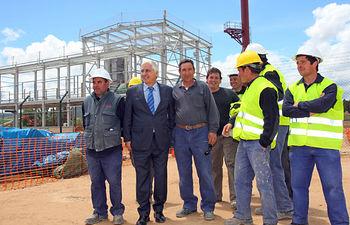 El presidente de Castilla-La Mancha, José María Barreda, ha visitado hoy en Corduente (Guadalajara), las obras de la planta de biomasa de Iberdrola. En la imagen, con un grupo de trabajadores.