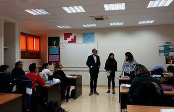 Alberto González y Trinidad Moyano visitan a los alumnos y profesores de 'Palante-Villarrobledo'