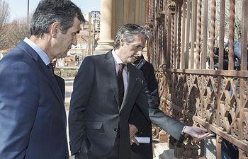 El ministro de Fomento del Gobierno, Íñigo de la Serna, ha visitado este jueves Guadalajara acompañado por el alcalde, Antonio Román.