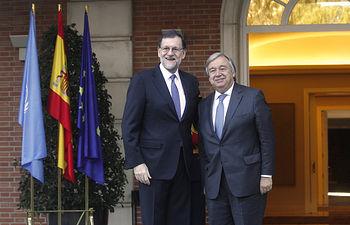 El presidente del Gobierno, Mariano Rajoy, posa junto al secretario general electo de Naciones Unidas, António Guterres, en las escalinatas del Palacio de La Moncloa. Pool Moncloa / J.M.Cuadrado