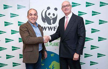 El secretario general de WWF, Juan Carlos del Olmo, y el consejero delegado de ECI, Jesús Nuño de la Rosa