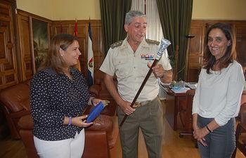 La alcaldesa de Talavera, Tita García Élez, la concejala de Régimen Interior, Seguridad y Movilidad, Flora Bellón y el delegado de Defensa en Castilla-La Mancha y subdelegado de Defensa en Toledo, el coronel Javier Gallegos García-Lorenzana.