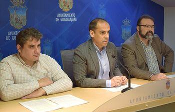 El portavoz del Grupo Socialista en el Ayuntamiento de Guadalajara, Daniel Jiménez junto a  los concejales Ángel Portero y Víctor Cabeza.