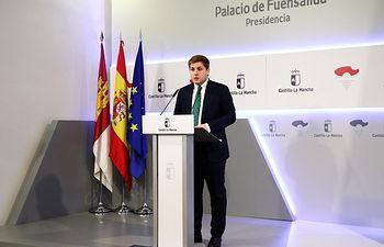 El portavoz del Gobierno regional, Nacho Hernando, informa de los acuerdos del último Consejo de Gobierno, en rueda de prensa en el Palacio de Fuensalida. (Foto: Álvaro Ruiz // JCCM)