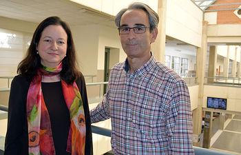 Los profesores Virginia Barba y Carlos Atienza  © Gabinete de Comunicación UCLM