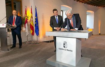 El presidente de la Red Castellano Manchega de Desarrollo Rural, Jesús Ortega, firma, en la Real Fábrica de Paños de Brihuega, el 'Pacto contra la Despoblación de Castilla-La Mancha'. (Fotos: A. Pérez Herrera // JCCM)