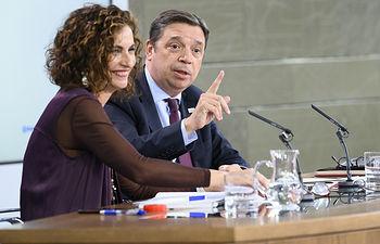 La portavoz del Gobierno y ministra de Hacienda, María Jesús Montero, y el ministro de Agricultura, Pesca y Alimentación, Luis Planas, responden las preguntas de los medios de comunicación, en la rueda de prensa posterior al Consejo de Ministros.