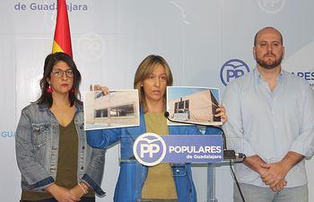 Ana Guarinos muestra el estado actual del centro de salud de Azuqueca de Henares en rueda de prensa junto a Lucas Castillo y Marta Maroto de NN GG.