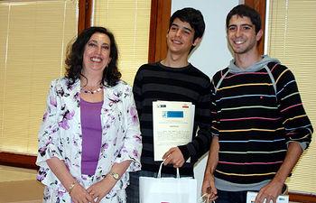 La vicerrectora Mairena Martín hace entrega del premio a Naranjito 2.0