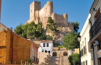 Castillo de Almansa visto desde la Plaza de Santa María.