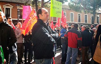 Jose Manuel Muñoz junto a las personas concentradas