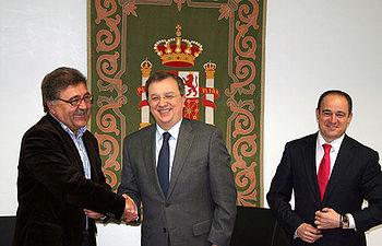 Sánchez Pingarrón firma convenio con el acalde de Higueruela