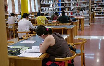 Estudiantes en la biblioteca de Albacete.