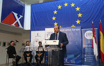 El vicepresidente primero del Gobierno regional, José Luis Martínez Guijarro, preside el Acto Institucional del Día de Europa, en el IES 'Alfonso X El Sabio'. (Foto: Álvaro Ruiz // JCCM)