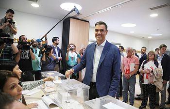 Pedro Sánchez ejerce su derecho al voto. 26M.