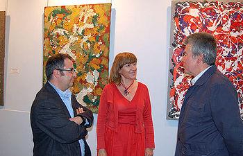 Ángeles García con el pintor José Valcárcel (d) y el director del Museo de Guadalajara, Fernando Aguado (i).