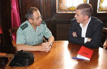 El presidente de la Diputación traslada al jefe de la Guardia Civil su intención de continuar con el convenio de casas-cuartel