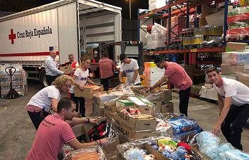 Colaboradores de Carrefour y Cruz Roja durante la DANA.