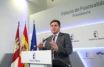 El portavoz del Gobierno regional en funciones, Nacho Hernando informa en rueda de prensa sobre los acuerdos aprobados en el Consejo de Gobierno, en el Palacio de Fuensalida. (Foto: Álvaro Ruiz // JCCM)