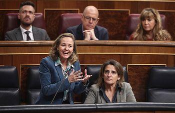 La vicepresidenta tercera del Gobierno, Nadia Calviño (i), responde a cuestiones sobre el sector agroalimentario español y la crisis provocada por los aranceles, en la sesión plenaria en el Congreso de los Diputados, Madrid, a 26 de febrero de 2020.....26 FEBRERO 2020;CONGRESO;SESIÓN PLENARIA;....2/26/2020. Foto: Europa Press 2020