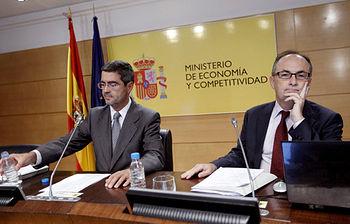 El subgobernador del Banco de España, Fernando Restoy y el secretario de Estado de Economía, Fernando Jiménez Latorre, durante la rueda de prensa que han ofrecido para presentar el informe de la consultora Oliver Wyman sobre la banca española. (Foto EFE)