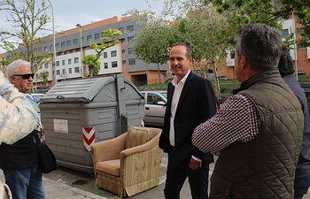 Alberto Rojo visita la  colonia Sanz Vázquez.