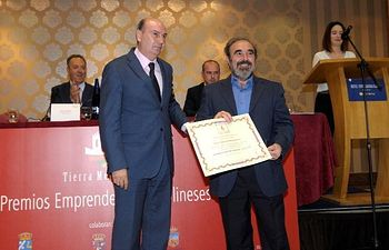 José Manuel Latre entrega el premio a Manuel Monasterio (Geoparque)