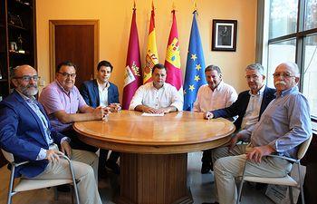 El alcalde agradece a la Real Asociación Nuestra Señora María Santísima de Los Llanos la gran labor que realiza durante la Feria para ensalzar la imagen de la Patrona de Albacete