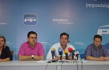 Jaime Celada y concejales del PP en Cabanillas del Campo  hoy durante la rueda de prensa.