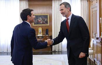 Su Majestad el Rey recibe el saludo del representante de Ciudadanos-Partido de la Ciudadanía (C's), Albert Rivera Díaz.
