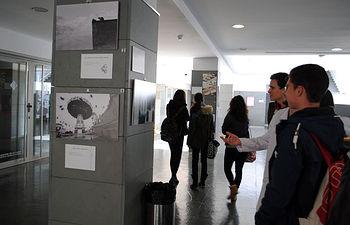 Alumnos contemplando la muestra