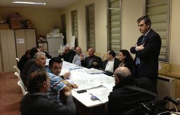 El Alcalde, Antonio Román, en la reunión con vecinos del Alamín