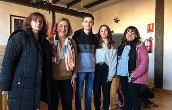 Silvia Valmaña con alumnos del instituto de Cifuentes, concentración por falta de calefacción.