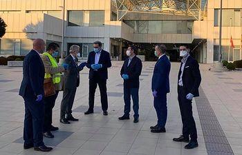 Los respiradores de Turquía llegan a Barajas y Page y Fernández acuden a la terminal a seguir la recepción.