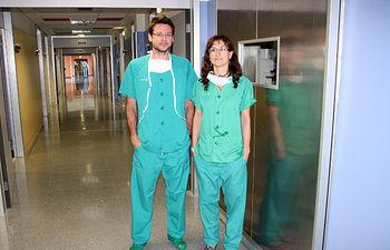 En la imagen, Mª Ángeles Castellanos y Rubén Pinar, los dos enfermeros del Servicio de Quirófano del Hospital General 'La Mancha Centro' de Alcázar de San Juan (Ciudad Real) que han conseguido un premio en el XXVIII Congreso Nacional de Artroscopia.