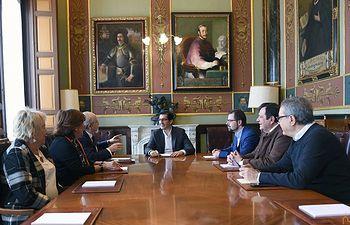 Reunión Jose Manuel Caballero, presidente de la Diputación de Ciudad Real, con miembros de la Academia Gastronomía de CLM en dicha provincia.