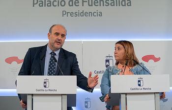 El vicepresidente de Castilla-La Mancha, José Luis Martínez Guijarro, ha mantenido una reunión hoy, en el palacio de Fuensalida, con la presidenta de la FEMP en Castilla-La Mancha, Agustina García Élez, para avanzar en la suscripción del Pacto contra la Despoblación. (Fotos: A. Pérez Herrera // JCCM).