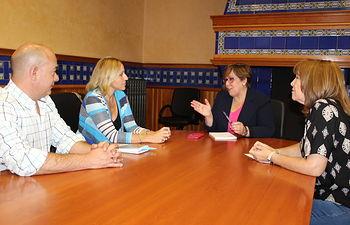 La delegada de la Junta de Comunidades de Castilla-La Mancha  en Ciudad Real, Carmen Olmedo, ha mantenido un encuentro con la alcaldesa de Santa Cruz de Mudela, Gema García.