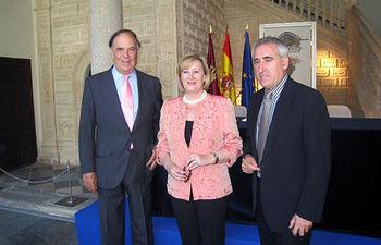 La consejera de Cultura, Soledad Herrero, junto a Carlos Falcó, presidente de la Academia de Gastronomía de Castilla-La Mancha, y al restaurador Adolfo Muñoz, con motivo de la firma del convenio para realizar la segunda edición de los premios 'Quijote' y 'Dulcinea' de Gastronomía.