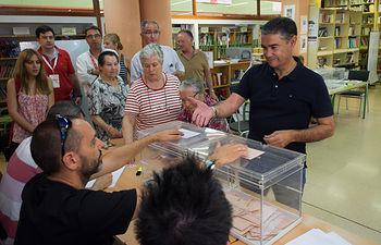 Manuel González Ramos ejerciendo su derecho al voto.