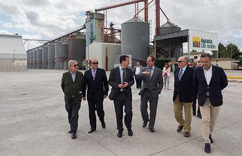 Visita del consejero de Agricultura, Medio Ambiente y Desarrollo Rural, Francisco Martínez Arroyo, a las instalaciones de Agraria San Antón en Albacete. En la fotografía junto al presidente de la misma, Samuel Flores, y otros miembros del consejo rector.