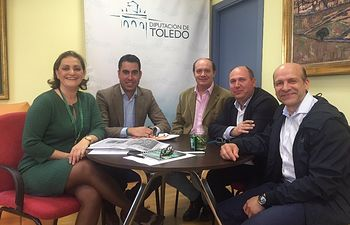 Mª Ángeles García con los responsables del Gelovisión Ciudad de Toledo Fútbol Sala
