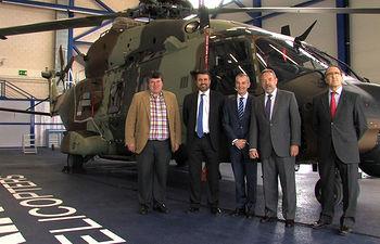El delegado del Gobierno en Castilla-La Mancha, Jesús Labrador, junto al consejero delegado de Airbus Helicopters España, durante su visita a las instalaciones de esta última en Albacete.