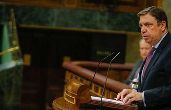 El ministro de Agricultura, Pesca y Alimentación, Luis Plana, defiende ante el Pleno el real decreto-ley para paliar los efectos de la caída de precios agrícolas.
