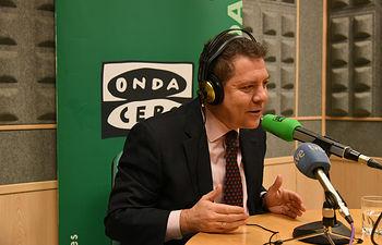 El presidente de Castilla-La Mancha, Emiliano García-Page, durante la entrevista que ha concedido hoy al programa 'Más de uno' de Onda Cero. (Fotos: José Ramón Márquez // JCCM)